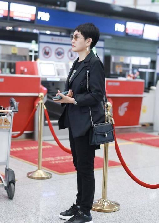 原创57岁的张凯丽状态好,穿一件黑色西装搭短发,精气神很足!