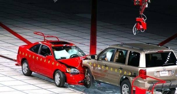 如果SUV跟轿车相撞,到底谁更占便宜呢?