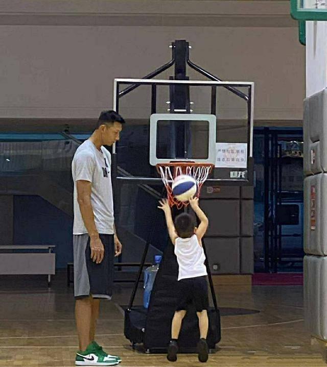 严格!易建联教儿子打球,看看5岁大儿子到底有多高?名字是亮点