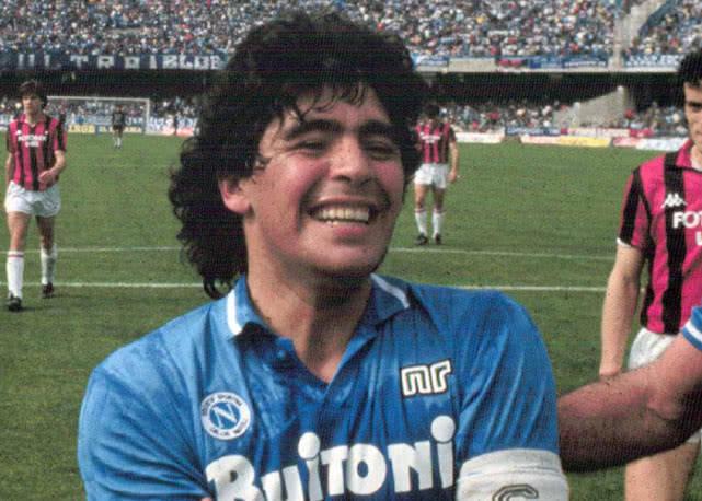 原创            马拉多纳是首位因球迷