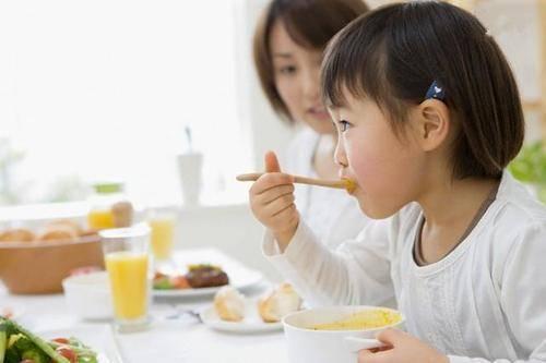 原创8个月宝宝吃辅食中毒,除了没熟的食物外,4个喂养误区也要规避
