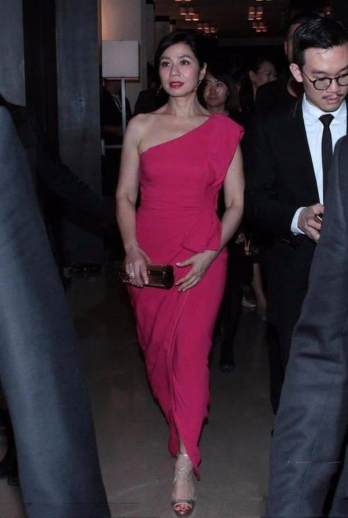 原创钟楚红穿红裙捞金,皱纹很明显,但真实的衰老比整的年轻要漂亮!