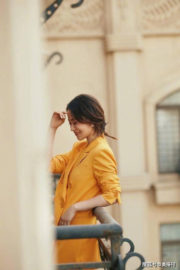 海清身体被低估了?最新流动照穿淡黄色西服套装,43岁美腿太抢镜