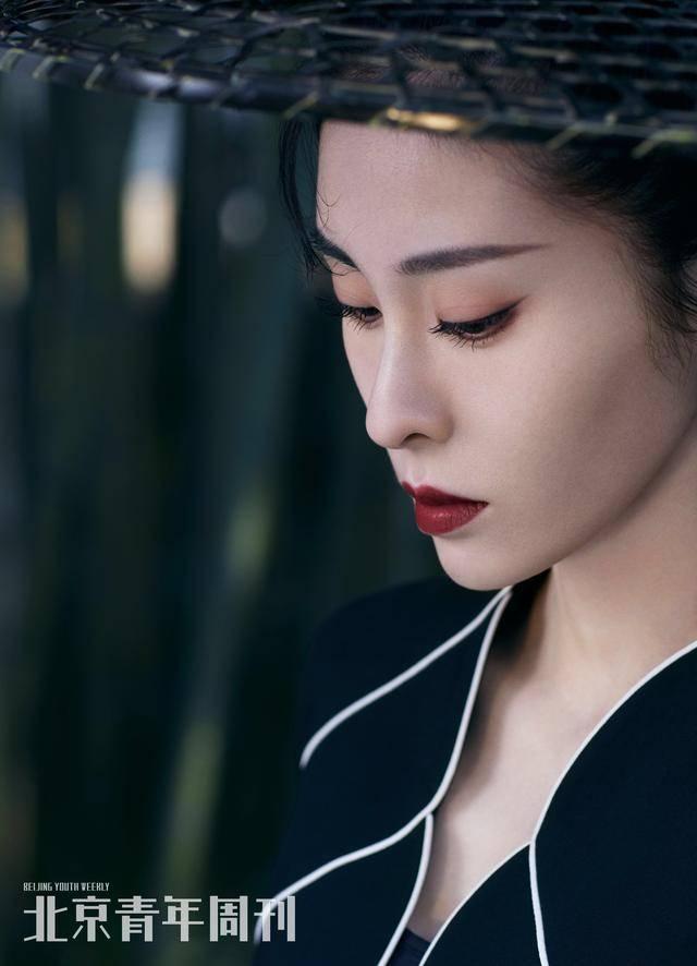 拒绝一成不变,30岁张碧晨登上杂志封面,勇敢演绎时尚古风造型