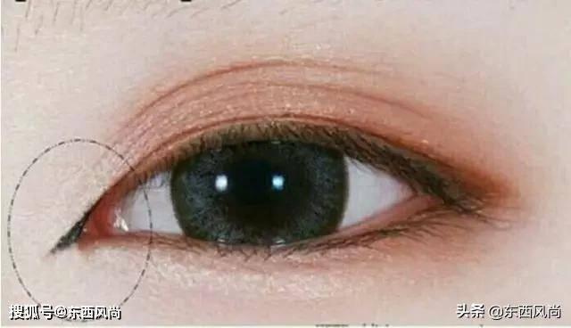 眼线画的好更显眼睛大而有神,一双水灵灵的大眼睛谁都喜欢