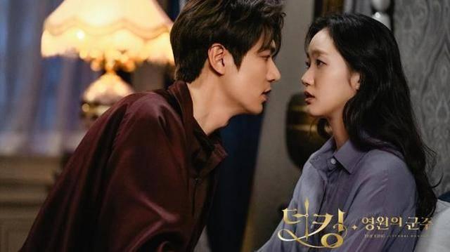 【照片】表情一脸生无可恋《永远的君主》大婚照?孔刘神秘现身