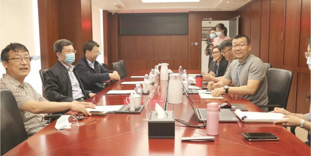市南区副区长宋建青一行到访首宏医疗控股集团调研指导