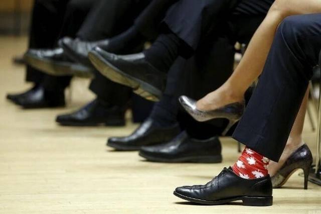 最帅总理秀恩爱!穿西装非要配彩色袜,梅拉尼娅牵特朗普还要看他