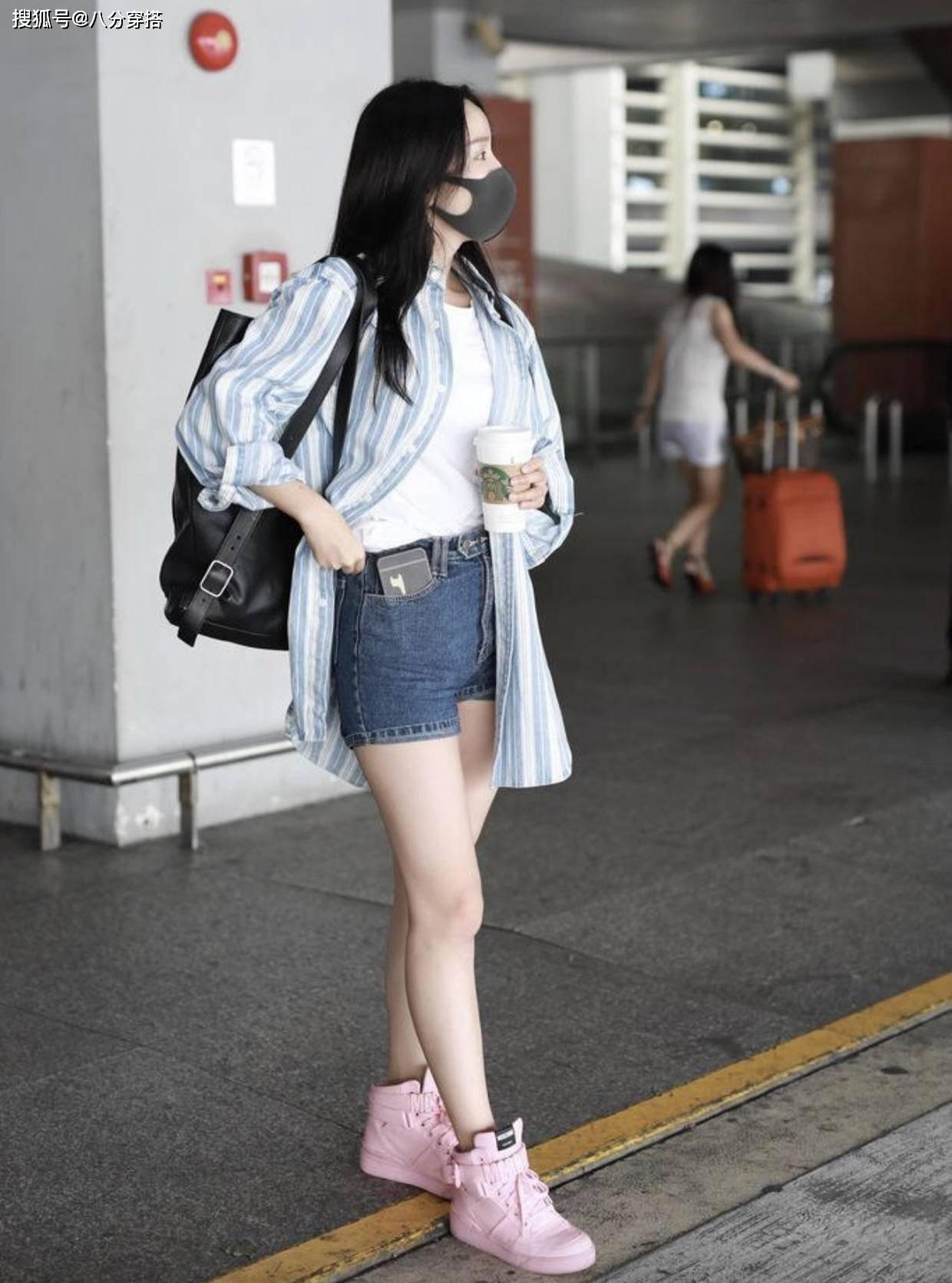 娄艺潇邓家佳一同穿短裤,网友:这就是清纯和轻浮的差距_新浪看点