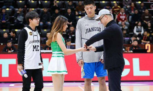 辽宁队因为战绩不佳备受质疑,球迷也普遍把矛头指向了总经理李洪庆