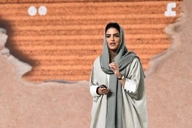 原创 沙特最美王妃与王子离婚,没了特权,只好戴上头巾穿宽松长袍演讲