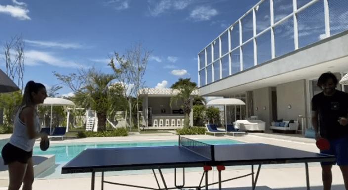 国足未来核心居住环境曝光:超大游泳池+蓝天!妻子笑得很开心