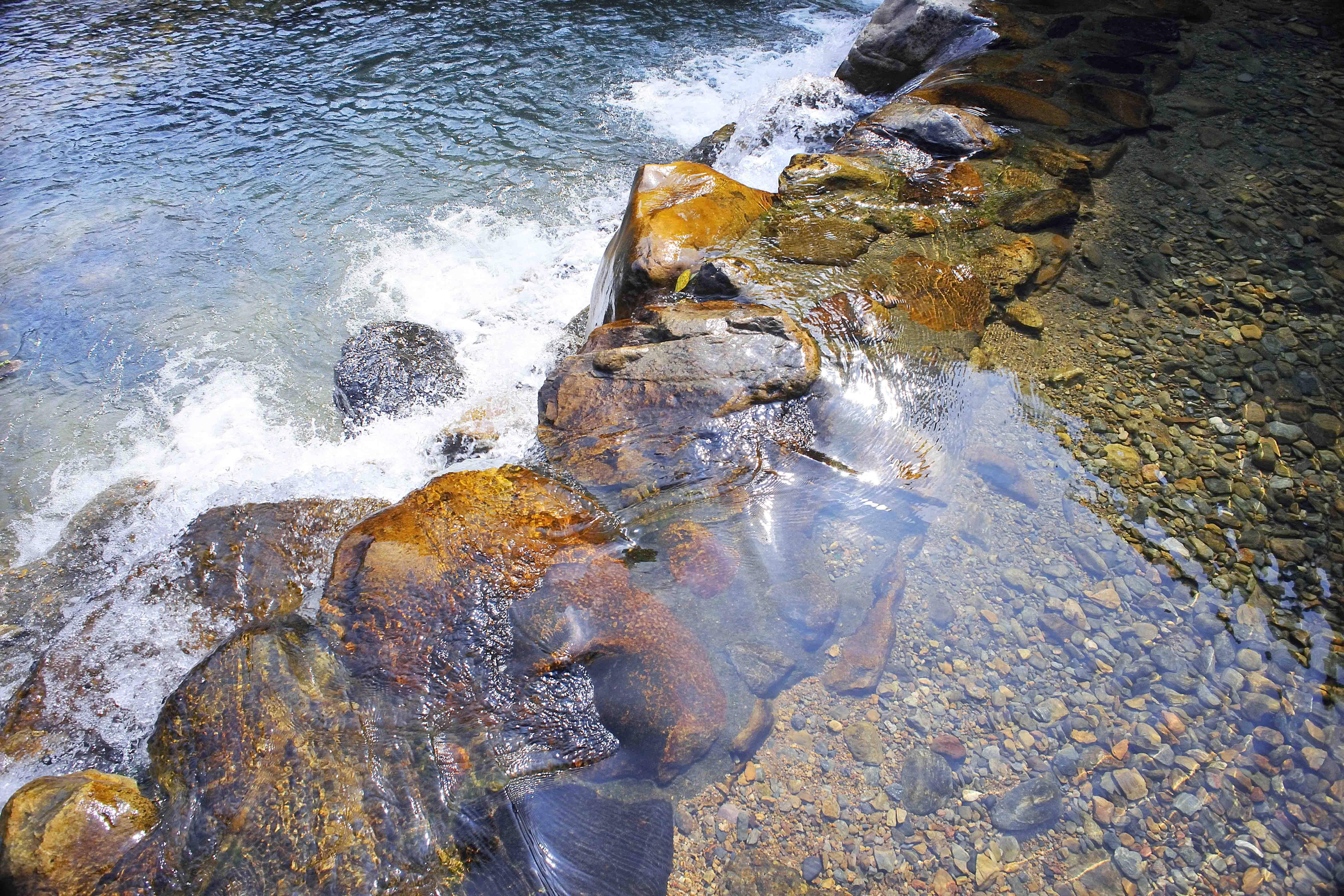 山泉水顾名——山眼发生的天然水