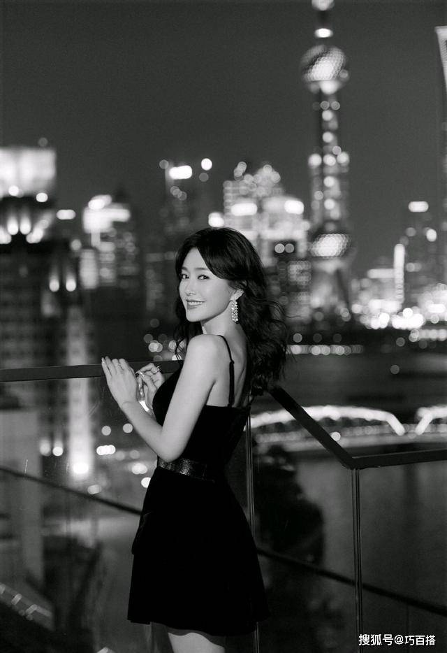 """原创             秦岚不愧是""""人间白月光"""",穿吊带小黑裙优雅又端庄,哪像是41岁"""