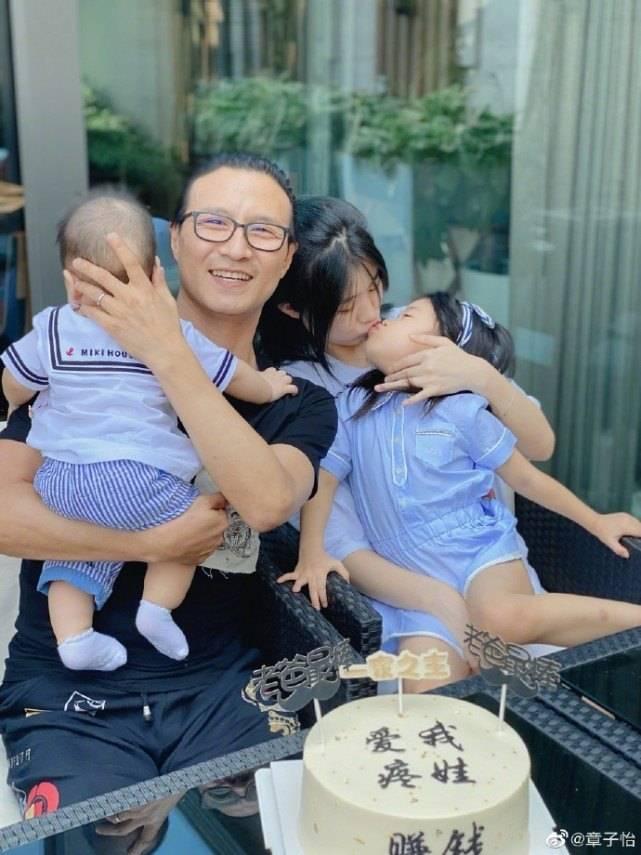 原创章子怡晒汪峰与3孩子合照,不小心曝光汪峰在家真实地位!