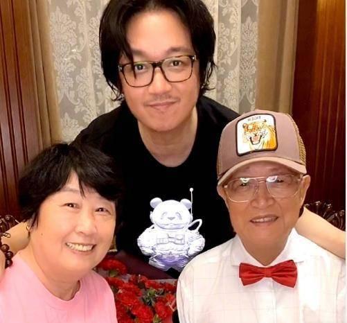 原创潘粤明父亲脑梗后曝近况,坐轮椅获儿子搀扶,曾在家放血治疗