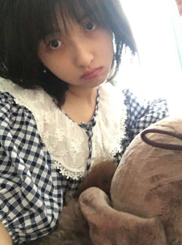 18岁也可以很性感?穿吊带裙低调有魅力,张子枫太让人羡慕了