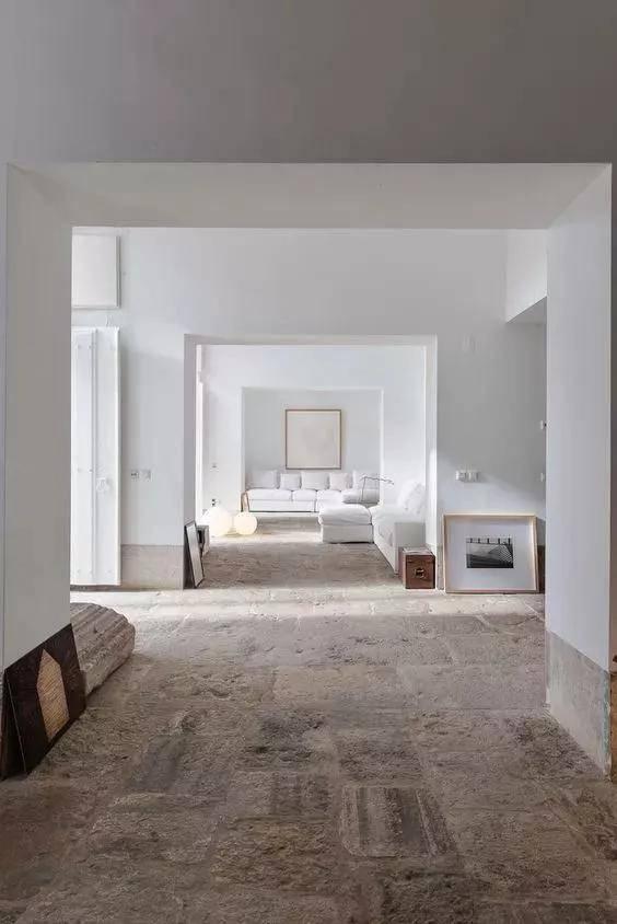 卡戴珊发侧躺照秀身材,穿新款内衣浴室摆拍,4亿豪宅装修似工地