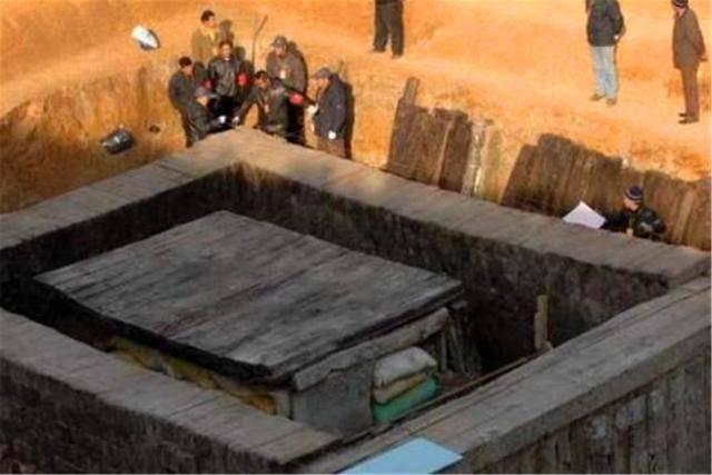 原创 北京挖出李莲英墓,用废三把铁锤才打开,开棺后专家后背发凉