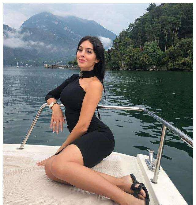 C罗花144万租游艇带女友出海,她120斤穿蛇皮紧身裤,身材太抢眼