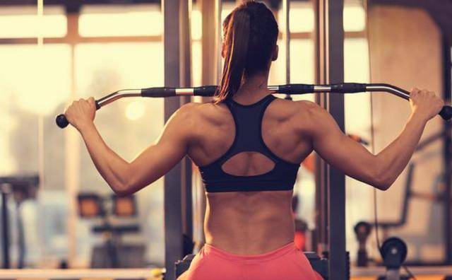 坚持练背的几个好处!这一组练背动作,让你练出美背,提升体态 减脂食谱 第5张