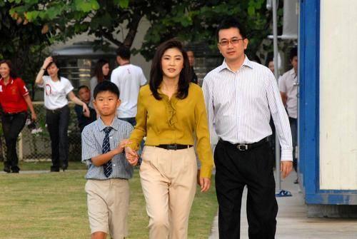原创 最美泰国总理儿子毕业,皮肤黝黑完全不像妈,而且长了个憨憨相!