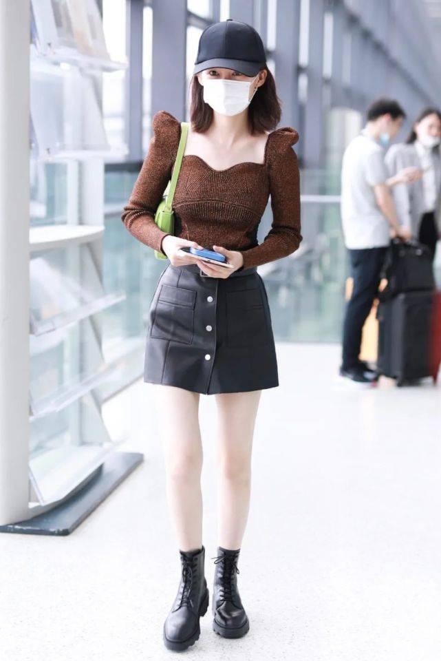 """李沁现身机场,复古紧身上衣配皮裙秀""""牛奶腿"""",好身材一览无遗"""