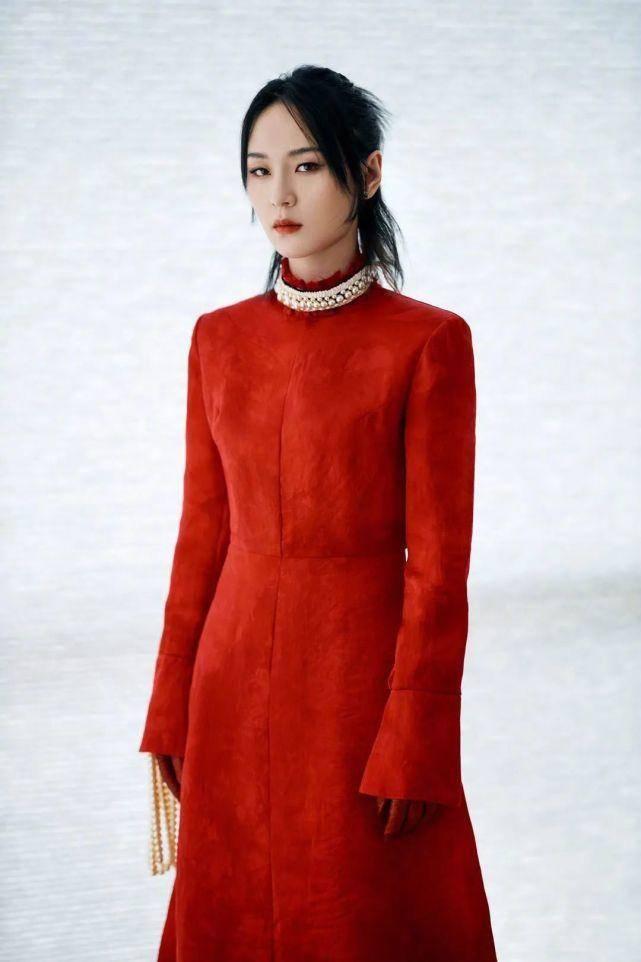 35岁周笔畅玩转个性穿搭,穿红色宫廷红裙装登台,释放酷感女人味