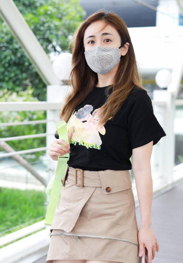 """原创             刘芸被淘汰后现身,穿印花T恤配""""拉链裙"""",秀美腿照样自信高调"""