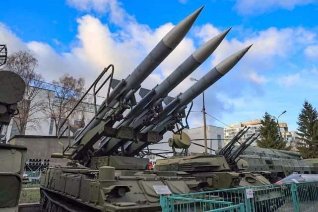 俄罗斯发动机也被卡脖子,多款战车受制约,阅兵仪式上都起火