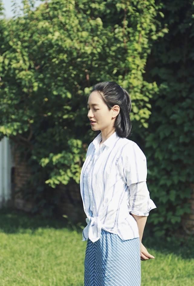 孕妈朱丹节目造型休闲清新,身穿白色针织衫搭百褶裙,时尚又减龄