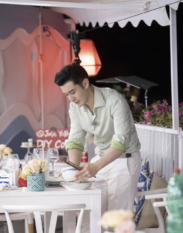 架子原创黄晓明中餐厅路透照曝光 亲自搬行李无明星架子,穿搭少年感满满