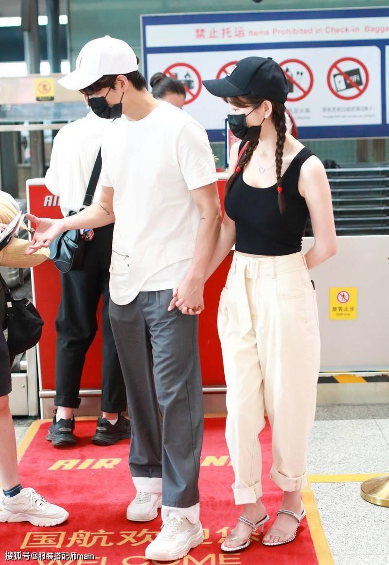 原创             张檬牵手男友走机场太甜了,背心配工装裤秀身材,又美又飒似少女