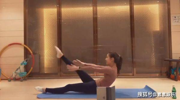 章泽天迷上了健身?在公园里抽陀螺,有体操底子就是不一样 动作教学 第6张