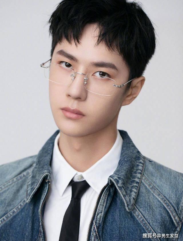 """王一博""""狗啃""""发型干净利落,外衣搭配白色衬衫,尽显帅气少年感"""
