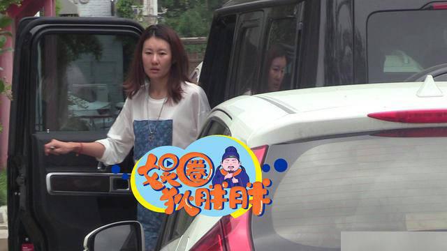 王宝强长腿超模女友开他豪车现身,真实素颜憔悴显老不如马蓉