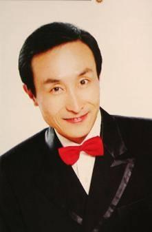 63岁巩汉林和家人同框,身形消瘦似竹竿,网友:这父子更像爷孙