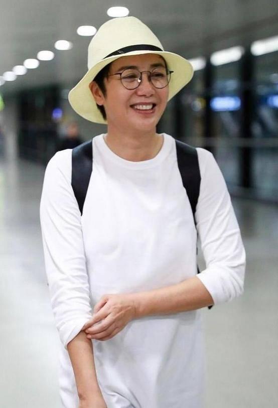 原创             54岁蒋雯丽也太前卫了,在裙子下面穿裤子,不仅不丑,竟意外高级
