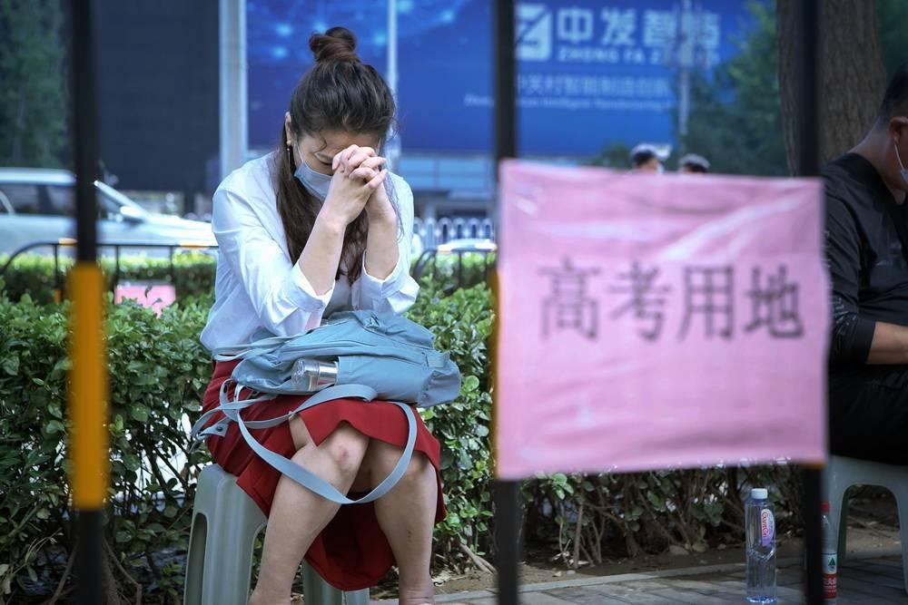 泪目!农民父亲睡走廊陪考,怕打呼噜影响孩子高考