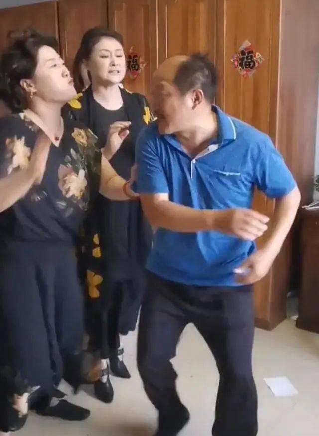 谢大脚和谢广坤打起来了!
