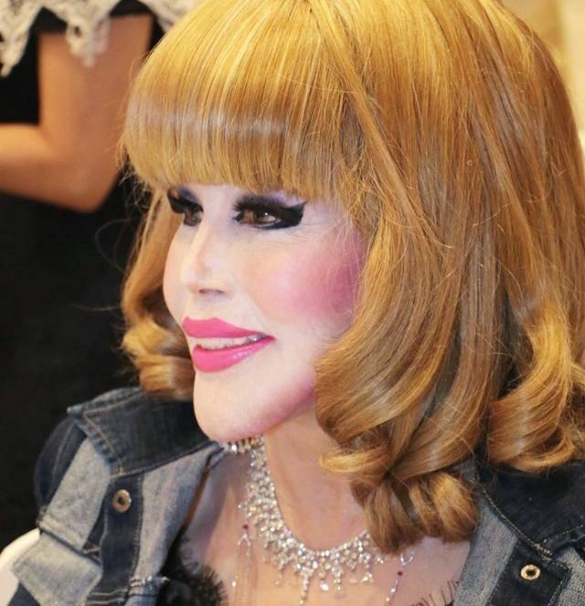 原创             81岁富婆每天化浓妆,脸部僵硬像戴假面具,得癌不忘和男模拍写真
