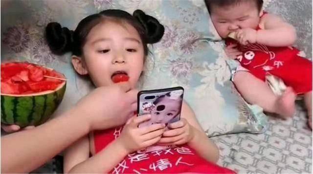 """原创""""偏心宝爸""""走红,喂女儿吃瓜瓤,让儿子啃瓜皮,网友;差别太大"""