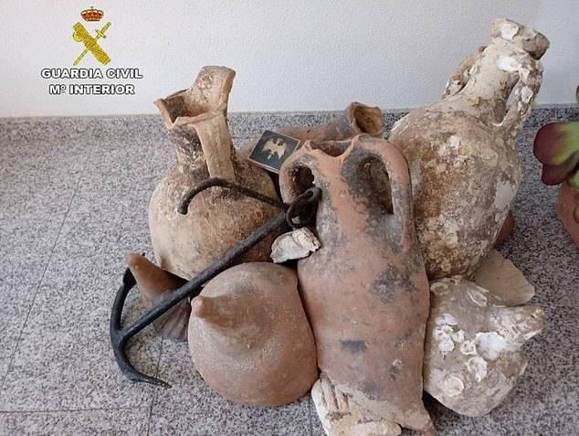 小伙捕鱼捞回一批古怪罐子当装饰 专家一看有近2千年历史引关注