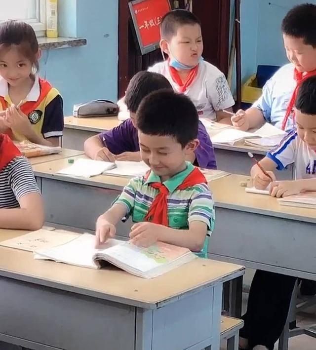 """自习课上,熊孩子帮女同桌""""醍醐灌顶"""",从教5年的老师当场笑翻"""