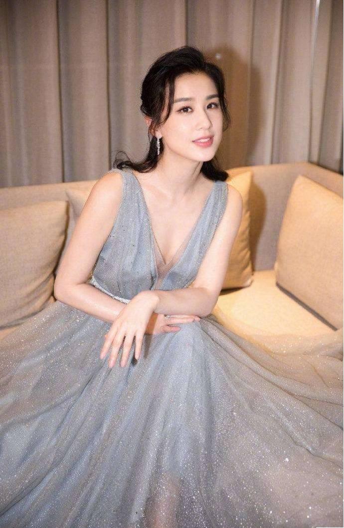 黄圣依美出新高度,穿白T恤配腰封短裙,纤腰长腿真心好看