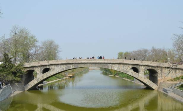 """云南一座神奇古桥,桥面留有""""仙人足印""""?网友:脚印怎么来的?"""