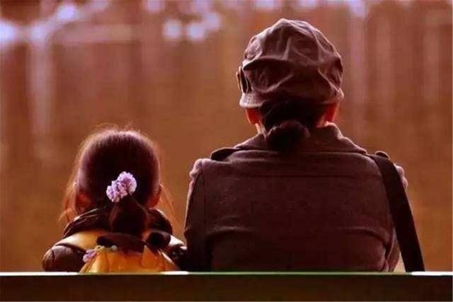 5岁女孩和妈妈坐公交,冷血举动引乘客不满:小小年纪却没了善良