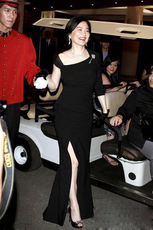 高跟鞋|林青霞穿旗袍裙,还搭红色高跟鞋,老了一样优雅漂亮!