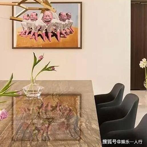 参观陈数住的豪宅,家里有一台黑色大钢琴,用来做装饰真奢侈