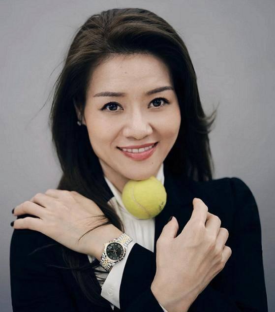 网球一姐李娜登时尚杂志,复古穿搭显优雅,38岁肤白貌美堪比整容
